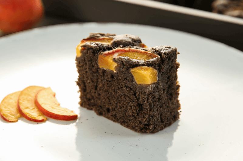 Veganski pirin kolač z drožmi